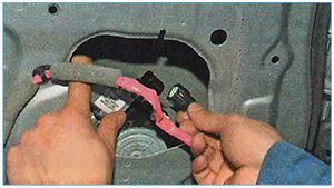 Snjatie-steklopodemnika-zadnej-dveri-5.jpg