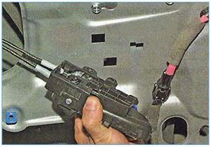 Snjatie-vnutrennej-ruchki-zadnej-dveri-2.jpg