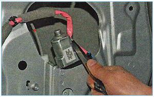Snjatie-steklopodemnika-zadnej-dveri-2.jpg