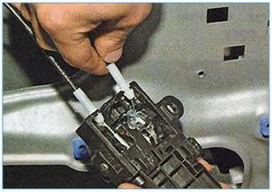 Snjatie-vnutrennej-ruchki-zadnej-dveri-3.jpg