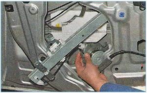 Snjatie-steklopodemnika-perednej-dveri-5.jpg